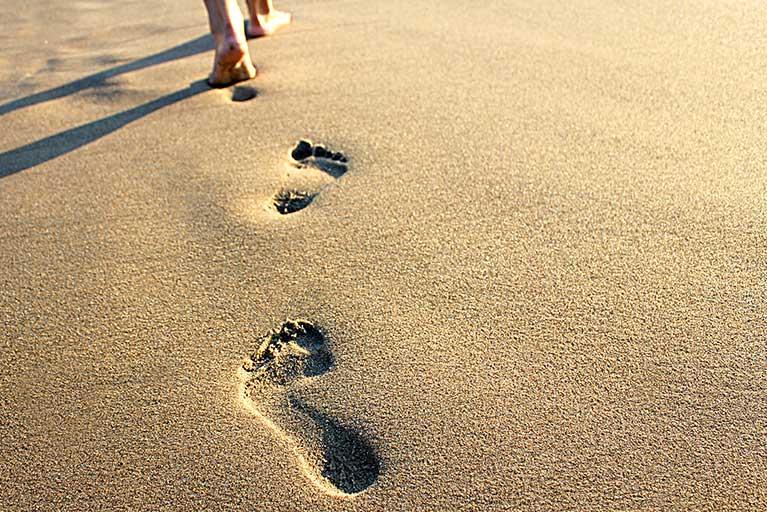 Urma de picior normal pe nisip