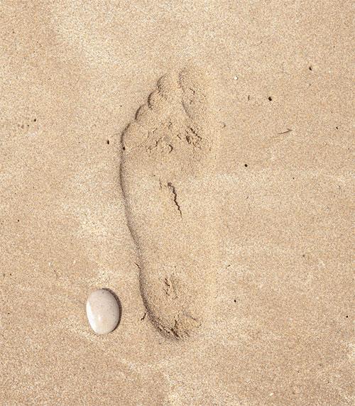 Urma de picior plat pe nisip